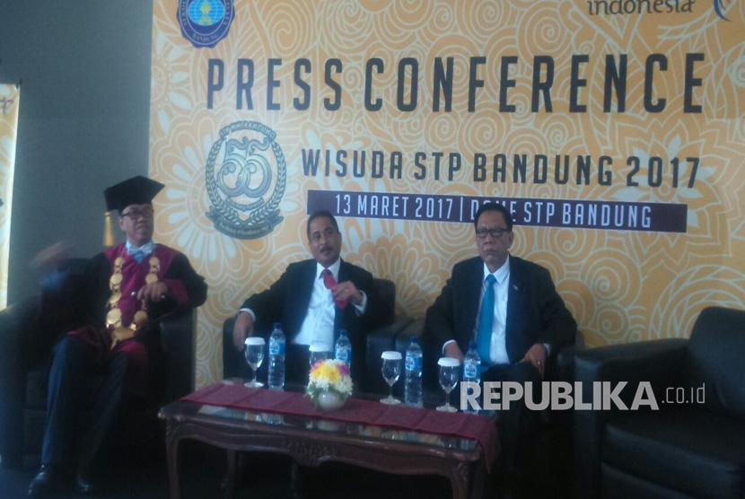Menteri Pariwisata, Arief Yahya menghadiri acara wisuda 499 lulusan Sekolah Tinggi Pariwisata (STP) Bandung, Senin (13/3).