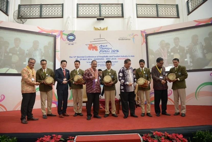 Menteri Pariwisata Arief Yahya (tengah) membuka secara resmi ajang Asia Tourism Forum (ATF) 2016 di Bandung, Jawa Barat