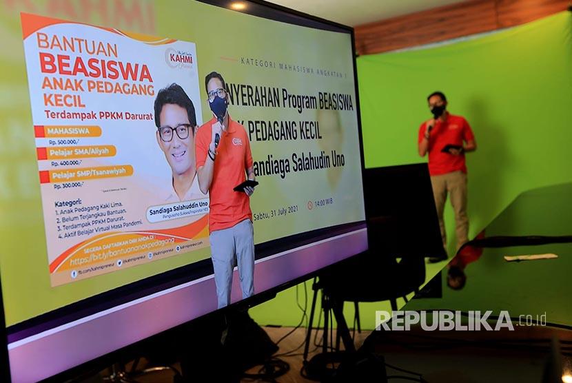 Menteri Pariwisata dan Ekonomi Kreatif (Menparekraf) Sandiaga Salahudin Uno menggandeng Kahmipreneur memberikan program beasiswa gelombang pertama kepada anak pedagang kecil, Sabtu (31/07).  Penyerahan dilakukan secara virtual di Jakarta.