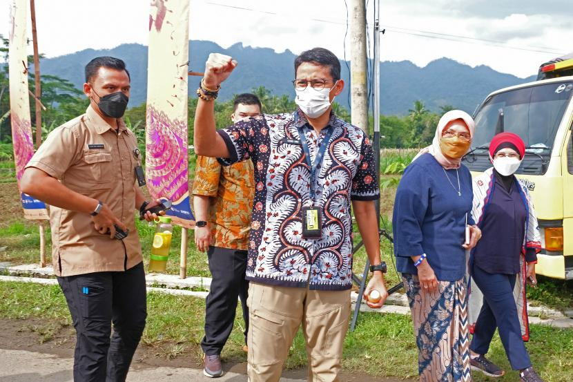Menteri Pariwisata dan Ekonomi Kreatif Sandiaga Uno (tengah) menyapa warga saat menghadiri acara Sound of Borobudur di Balkondes Karanrejo, Borobudur, Magelang, Jawa Tengah, Kamis (24/6/2021). Kehadiran Menparekraf tersebut dalam rangka mendukung pemulihan sektor pariwisata dan ekonomi kreatif sekaligus mendorong pariwisata berbasis budaya sebagai upaya pelestarian warisan budaya yang berkelanjutan.