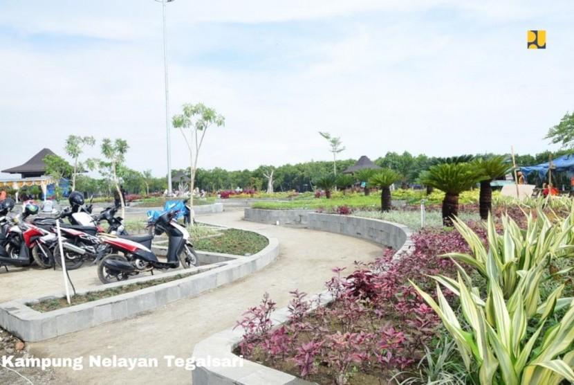 Menteri Pekerjaan Umum dan Perumahan Rakyat (PUPR) Basuki Hadimuljono meninjau Kampung Nelayan Tegalsari, Tegal, Jawa Tengah