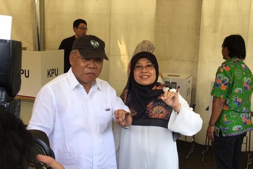 Menteri Pekerjaan Umum dan Perumahan Rakyat (PUPR), Mochamad Basoeki Hadimoeljono datang ke TPS 01 Widya Chandra, Jakarta Selatan, Rabu (17/4).