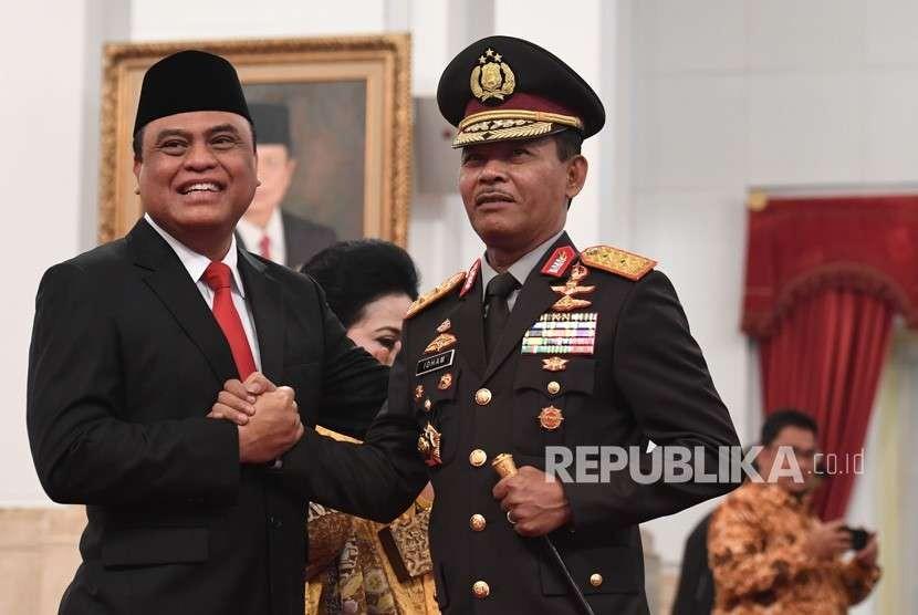 Menteri Pemberdayaan Aparatur Negara dan Reformasi Birokrasi (Menpan RB) Komjen Pol Syafruddin (kiri) melakukan salam komando dengan Kapolda Metro Jaya Irjen Pol Idham Aziz (kanan) usai pelantikan di Istana Negara, Jakarta,Rabu (15/8).