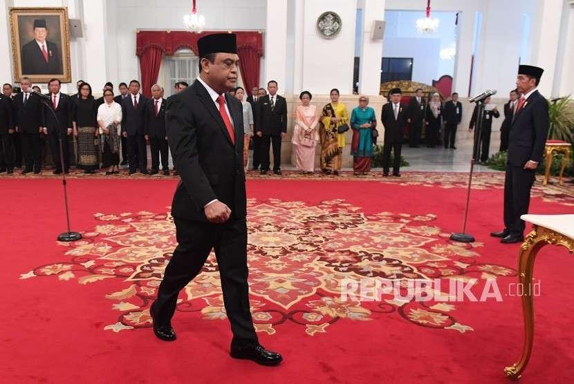 Menteri Pemberdayaan Aparatur Negara dan Reformasi Birokrasi (Menpan RB) Komjen Pol Syafruddin (kiri) bersiap menandatangani berita acara pelantikan di Istana Negara, Jakarta, Rabu (15/8).
