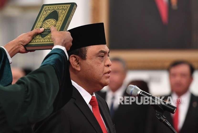 Menteri Pemberdayaan Aparatur Negara dan Reformasi Birokrasi (Menpan RB) Komjen Pol Syafruddin mengucapkan sumpah jabatan saat pelantikan di Istana Negara, Jakarta, Rabu (15/8).