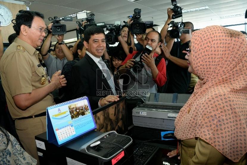 Menteri Pemberdayaan Aparatur Negara dan Reformasi Birokrasi (PAN-RB) Yuddy Chrisnandi di dampingi Gubernur Jakarta Basuki Tjahaja Purnama melakukan inspeksi mendadak (sidak) di gedung Badan Kepegawaian Daerah (BKD), Jakarta, Rabu (22/7).