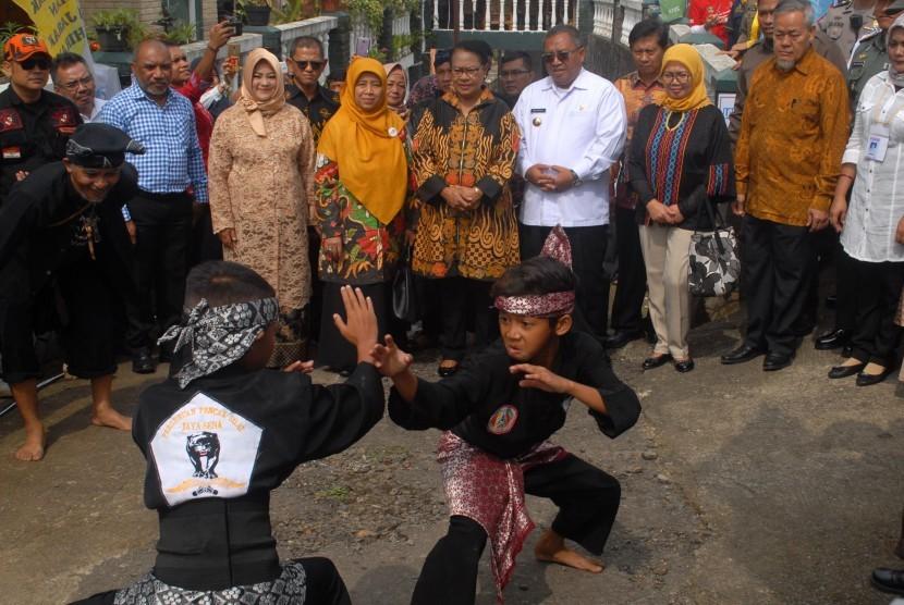[ilustrasi] Menteri Pemberdayaan Perempuan dan Perlindungan Anak (PPPA), Yohana Susana Yembise (kanan kelima) didampingi Bupati Sukabumi, Marwan Hamami (kanan keempat) menyaksikan aksi dua anak memperagakan pencak silat di Kecamatan Cisaat, Sukabumi, Jawa Barat, Rabu (7/11).