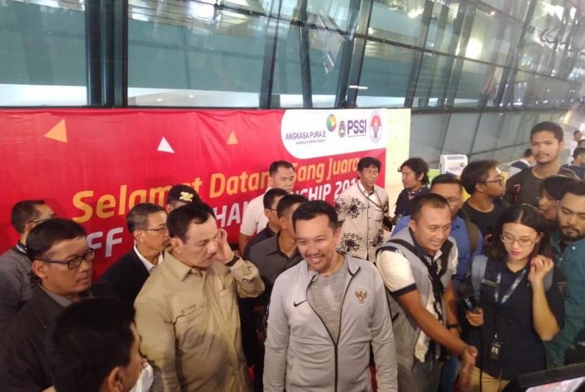 Menteri Pemuda dan Olahraga, Imam Nahrawi saat menyambut penggawa Timnas Indonesia U-22 di Bandara Soekarno-Hatta, Tangerang, Rabu (27/2).