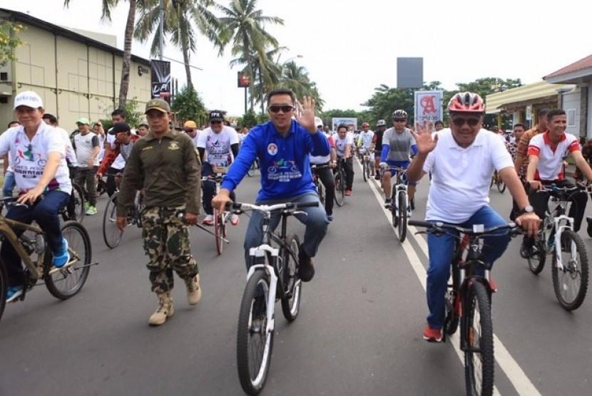 Menteri Pemuda dan Olahraga Imam Nahrawi (tengah) saat bersepeda dalam kegiatan Gowes Pesona Nusantara 2017 di Manado, Sabtu (29/7).