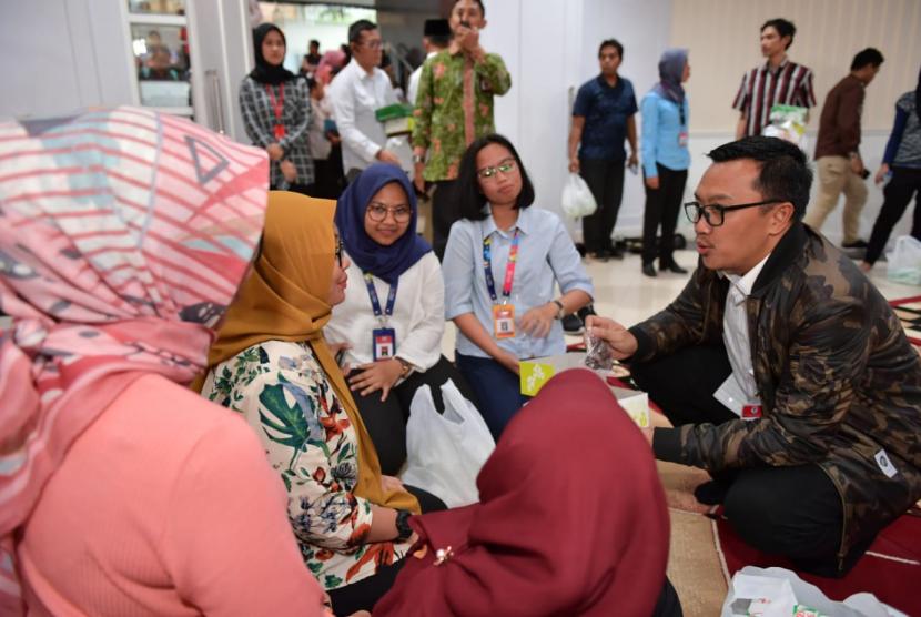 Menteri Pemuda dan Olahraga (Menpora) Imam Nahrawi berbuka puasa bersama dengan ratusan karyawan Kemenpora di Wisma Menpora, Jakarta, Selasa (7/5). Dalam kesempatan ini, Menpora mengajak kepada seluruh karyawan Kemenpora untuk memperbanyak amal saleh di bulan Ramadan.