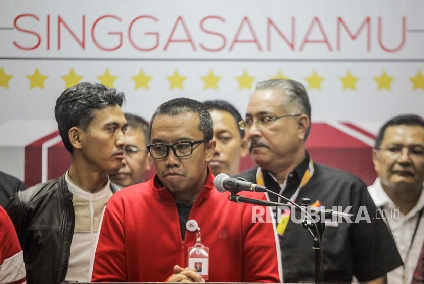 Menteri Pemuda dan Olahraga (Menpora) Imam Nahrawi (tengah) memberikan keterangan kepada media tentang OTT yang dilakukan oleh KPK terkait dana hibah Kemenpora ke KONI, di gedung Kemenpora, Jakarta, Rabu (19/12/2018).