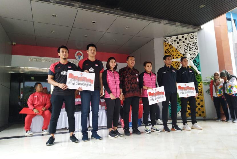 Menteri Pemuda dan Olahraga RI, Imam Nahrawi memberikan bonus untuk atlet bulutangkis peraih juara di Kejuaraan Dunia Bulutangkis di Jakarta, Rabu (28/8).