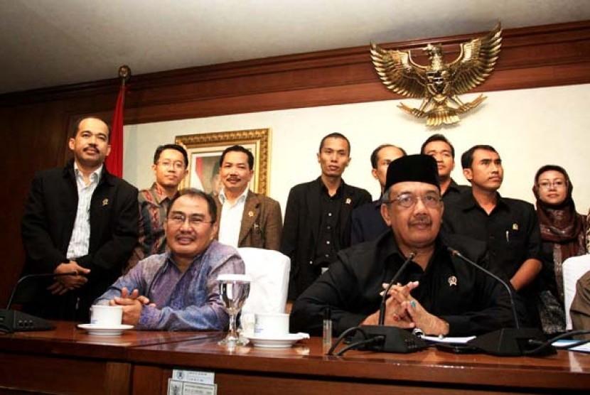 Menteri Pendayagunaan Aparatur Negara dan Reformasi Birokrasi, Azwar Abubakar (kanan) bersama mantan Ketua MK Jimly Ashidiqqie (kiri) usai beraudiensi dengan perwakilan Hakim di Jakarta, Selasa (10/4).