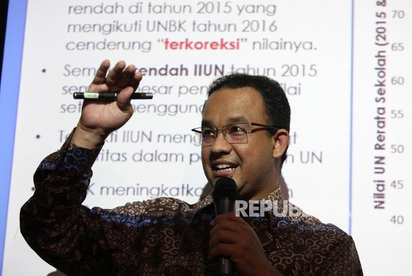 Menteri Pendidikan dan Kebudayaan (Mendikbud) Anies Baswedan memaparkan hasil Ujian Nasional (UN) 2016 di Kantor Kementerian Pedidikan, Jakarta, Rabu (11/5).  (Republika/Rakhmawaty La'lang)