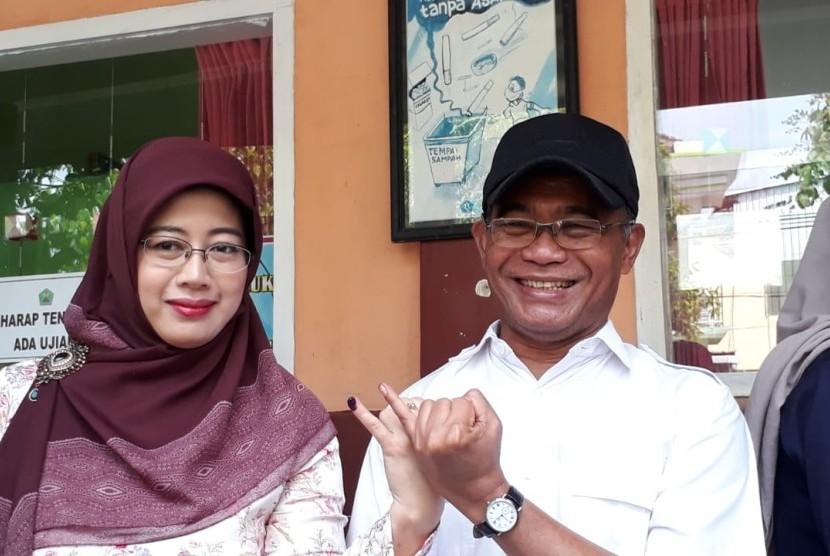 Menteri Pendidikan dan Kebudayaan (Mendikbud) Muhadjir Effendi berpartisipasi dalam pencoblosan Pemilu 2019 di TPS 20, Jatimulyo, Lowokwaru, Kota Malang, Rabu (17/4).