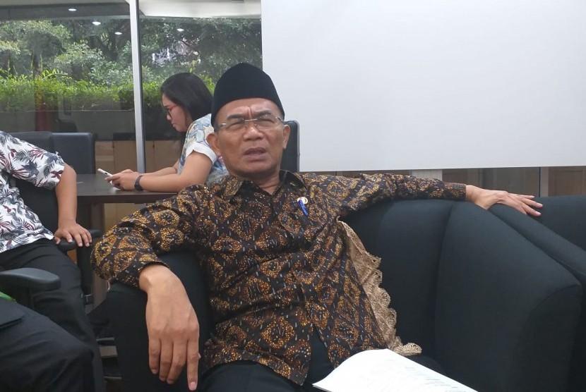 Menteri Pendidikan dan Kebudayaan (Mendikbud) Muhadjir Effendy saat berbincang dengan wartawan di Gedung Kemendikbud, Jakarta pada Rabu (30/1).