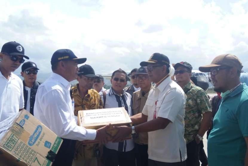 Menteri Pendidikan dan Kebudayaan (Mendikbud) Muhajir Effendy tiba di Palu, Sabtu (6/10). Mendikbud akan meninjau beberapa fasilitas pendidikan, serta kondisi peserta didik, tenaga pendidik, dan kependidikan terdampak bencana gempa dan tsunami, di Kota Palu dan Donggala.