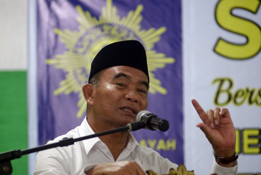 Menteri Pendidikan dan Kebudayaan Muhadjir Effendy memberikan pemaparan di aula kampus Universitas Muhammadiyah Makassar, Sulawesi Selatan, Rabu (16/11).