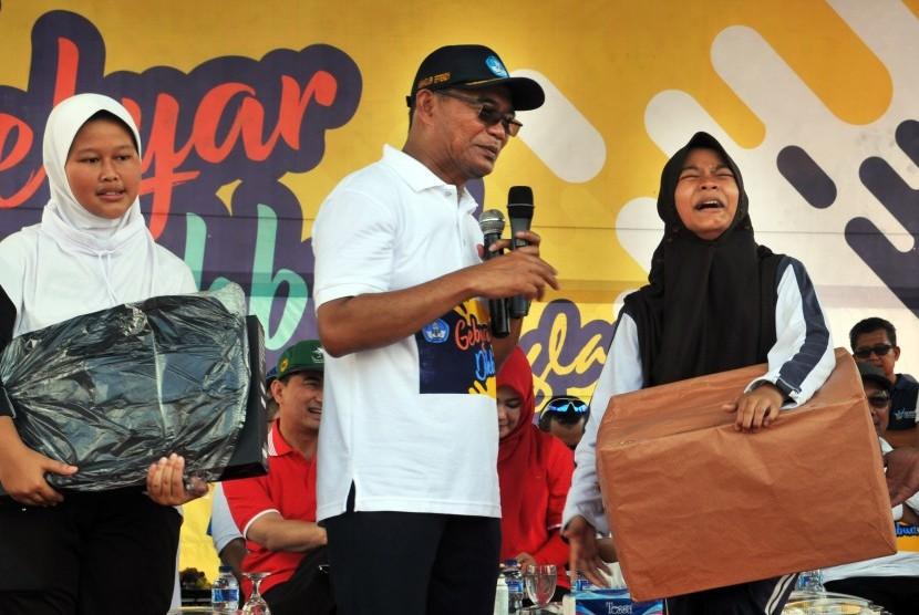Mendikbud Road Show Pendidikan: Menteri Pendidikan dan Kebudayaan Muhadjir Effendy (tengah) mewawancarai siswa penerima bantuan di Alun-alun Pandeglang, Pandeglang, Banten, Sabtu (23/2/2019).