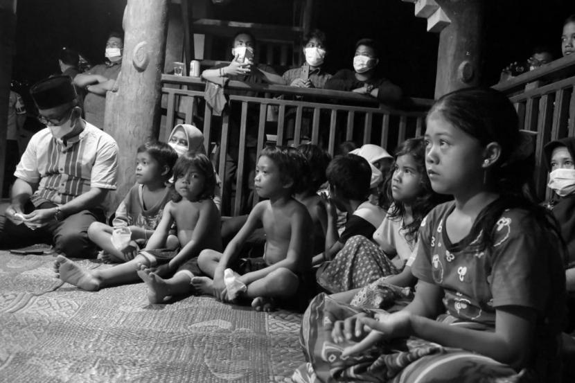 Menteri Pendidikan, Kebudayaan, Riset, dan Teknologi (Mendikbudristek), Nadiem Makarim, saat bertemu masyarakat di Pusat Kegiatan Belajar Mengajar (PKBM) Bunga Kembang, Kabupaten Sarolangun, Provinsi Jambi, Selasa (21/9).