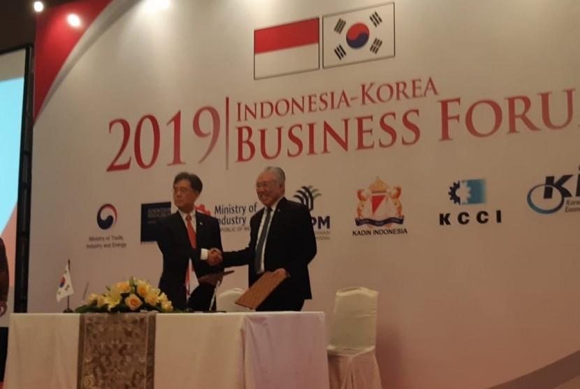 Menteri Perdagangan Indonesia Enggartiasto Lukita dan Menteri Perdagangan Korea Kim Hyun Chong menandatangani kerja sama IK-CEPA kembali, di Jakarta, Selasa (19/2).