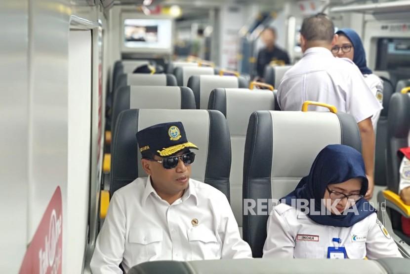 Menteri Perhubunga Budi Karya Sumadi memberikan pernyataan mengenai perkembangan Kereta Api Bandara Internasional Soekarno-Hatta (Soetta) yang mulai diuji coba hari ini dan memantau posko mudikndi bandara tersebut, Rabu (19/6).