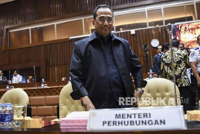 Menteri Perhubungan Budi Karya Sumadi bersiap mengikuti rapat kerja dengan Komisi V DPR di Kompleks Parlemen, Senayan, Jakarta, Senin (3/9).