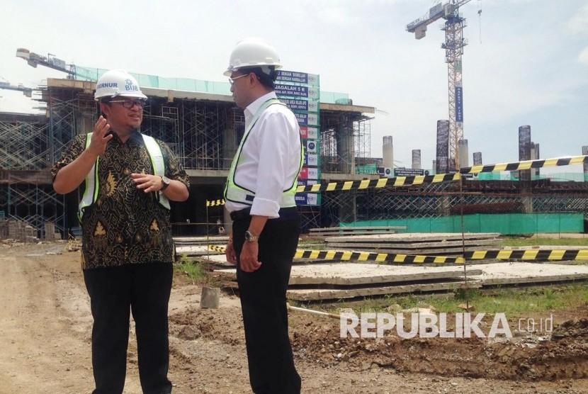 Menteri Perhubungan Budi Karya Sumadi (kanan) berbincang dengan Gubernur Jawa Barat saat meninjau pembangunan Bandara Internasional Jawa Barat (BIJB) Kertajati, Majalengka (Ilustrasi)