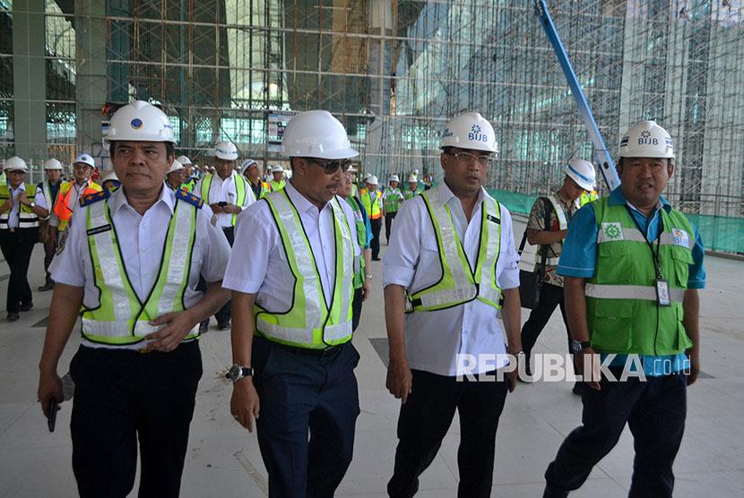 Menteri Perhubungan Budi Karya Sumadi (kedua kanan) bersama Kepala Dinas Perhubungan Jawa Barat Dedi Taufik (kedua kiri), Dirjen Perhubungan Udara Agus Susanto (kiri), dan Direktur Utama PT Bandara Internasional Jawa Barat (BIJB) Virda Dimas Ekaputra (kanan) meninjau proyek pembangunan BIJB di Kabupaten Majalengka, Jawa Barat, Rabu (4/4).