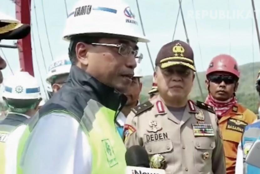 Menteri Perhubungan, Budi Karya Sumadi (keempat kanan)