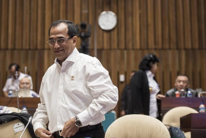 Menteri Perhubungan Budi Karya Sumadi menghadiri rapat kerja dengan komisi V DPR di kompleks Parlemen, Senayan, Jakarta, Rabu (5/7).