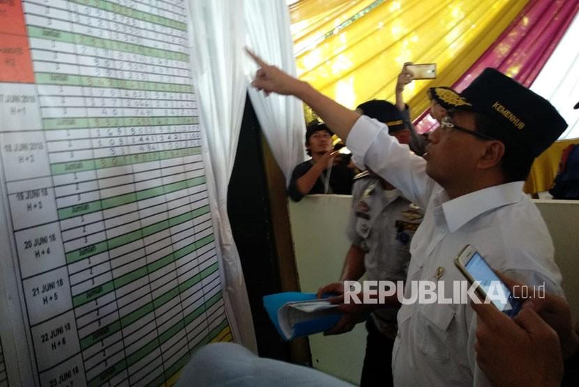 Menteri Perhubungan Budi Karya Sumadi meninjau dan menyapa pemudik di Terminal Kampung Rabutan, Jakarta Timur, Selasa (19/6).