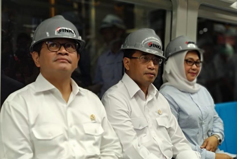 Menteri Perhubungan Budi Karya Sumadi meninjau Pabrik PT Industri Kereta Api (Inka) (Persero) di Madiun, Selasa (29/5) menjelang penyelesaian pengiriman rangkaian //light rail transit// (LRT) Palembang, Sumatra Selatan.