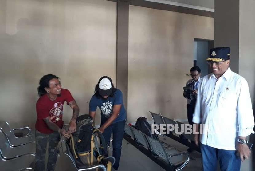 Menteri Perhubungan Budi Karya Sumadi meninjau Pool Damri di Kota Mataram, NTB, Ahad (26/8).