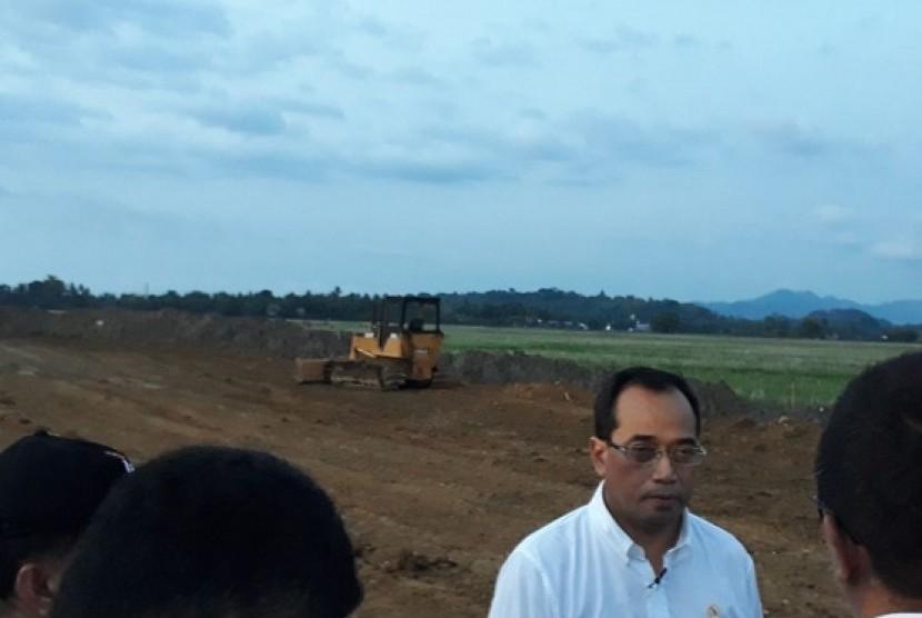 Menteri Perhubungan Budi Karya Sumadi meninjau proyek jalur kereta di Kabupaten Barru, Sulawesi Selatan, Jumat (27/10)