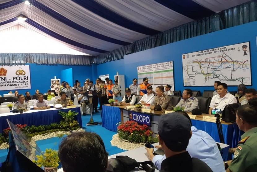 Menteri Perhubungan Budi Karya Sumadi, saat meninjau pos pengamanan arus mudik lebaran 2018, di Cikopo, Kabupaten Purwakarta, Jabar, Selasa (12/6).