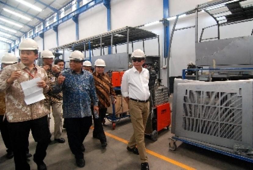 Menteri Perhubungan Ignasius Jonan (ketiga kiri) bersama Menko Kemaritiman Indroyono Soesilo (kedua kiri), didampingi Direktur Jenderal Perhubungan Darat Kemenhub Djoko Sasono (kiri) dalam sebuah acara di Semarang.