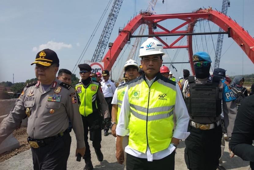 Menteri Perhubungan (Menhub) Budi Karya Sumadi meninjau kesiapan Jembatan Kali Kuto di tol fungsional Batang-Semarang yang rencananya dibuka sore ini untuk lalu lintas pemudik pasa pukul 17.00 WIB, Rabu (13/6).