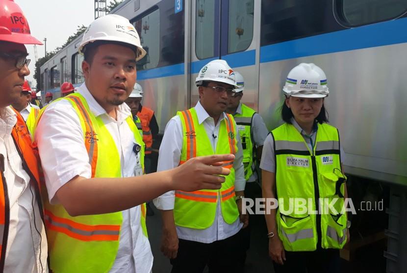 Menteri Perhubungan (Menhub) Budi Karya Sumadi meninjau Pelabuhan Tanjung Priok untuk memeriksa dua rangkaian MRT yang terdiri dari 12 kereta, Kamis (5/4).