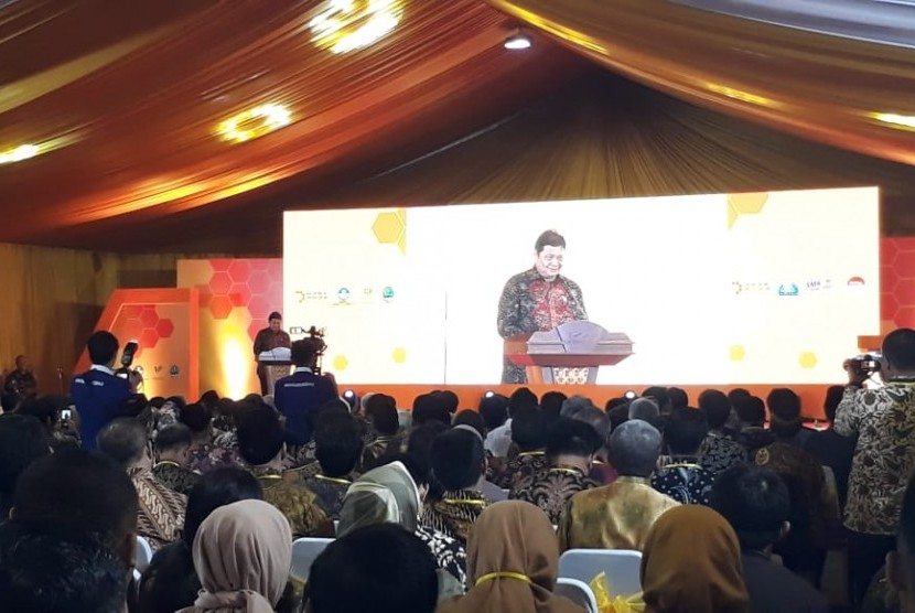 Menteri Perindustrian Airlangga Hartarto melakukan peluncuran program pendidikan vokasi industri di wilayah Jawa Barat, di PT Anugrah Indofood Barokah Makmur Kecamatan Cicurug Kabupaten Sukabumi, Senin (18/3).