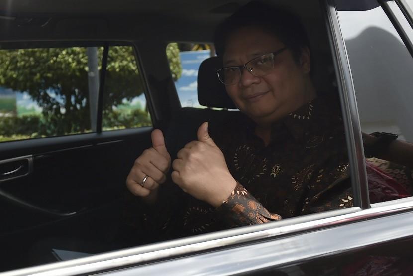 Menteri Perindustrian Airlangga Hartarto meninggalkan Kompleks Istana Kepresidenan Jakarta usai menghadap Presiden Joko Widodo di Jakarta, Senin (20/11).