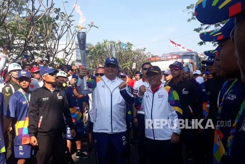 Menteri Perindustrian Airlangga Hartarto menjadi pelari pertama yang membawa obor Asian Games di Kota Bandung, Sabtu (11/8).