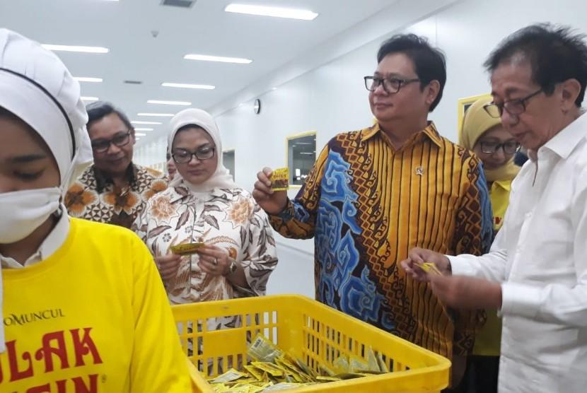Menteri Perindustrian, Airlangga Hartarto (tengah) saat meninjau proses produksi pabrik Cairan Obat Dalam (COD) di pabrik industri jamu dan farmasi Sido Muncul, di Ungaran, Kabupaten Semarang, Kamis (25/10). Airlangga sekaligus meresmikan perkuasan pabrik COD ini.