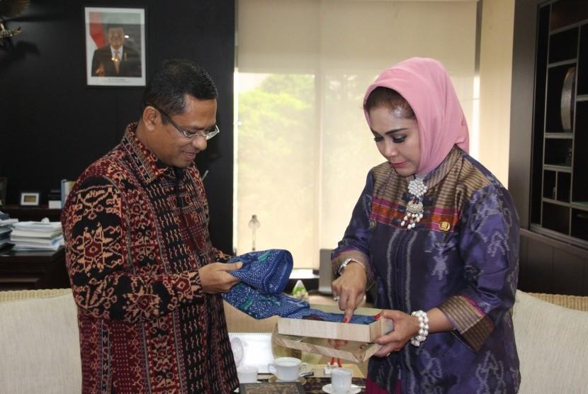 Menteri Perindustrian Saleh Husin memperhatikan batik tegalan dan menyimak penjelasan Walikota Tegal Siti Masitha Soeparno pada pertemuan di Kementerian Perindustrian, Jakarta, Selasa (31/5/2016).