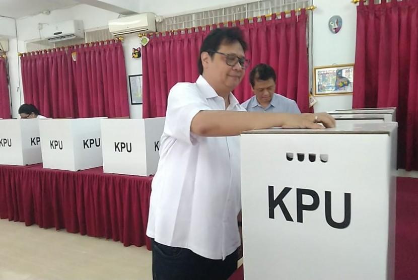 Menteri Perindustrian sekaligus Ketua Umum Partai Golkar, Airlangga Hartarto, melakukan pemungutan suara di TPS 05, Tirtayasa, Melawai, Jakarta Selatan bersama kedua anaknya dan istrinya, Rabu (17/4).