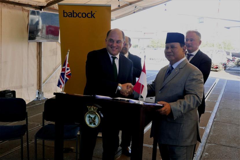 Menteri Pertahanan (Menhan) RI Prabowo Subianto (kanan) dan Menhan Inggris Ben Wallace di London, Inggris,, Kamis (16/9)