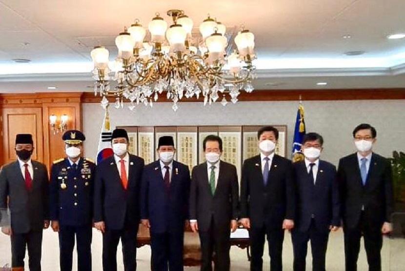 Menteri Pertahanan Republik Indonesia Prabowo Subianto pada Jumat (9/4), menghadiri Roll-Out Ceremony dari prototipe jet tempur generasi selanjutnya KF-X / IF-X di Korea Selatan.