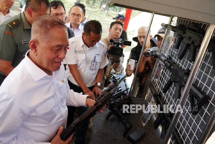 Menteri Pertahanan RI Ryamizard Ryacudu mengamati beberapa senapan buatan PT Pindad (Persero) di sela-sela acara sarasehan industri pertahanan di PT Pindad, Kota Bandung, Senin (18/9).