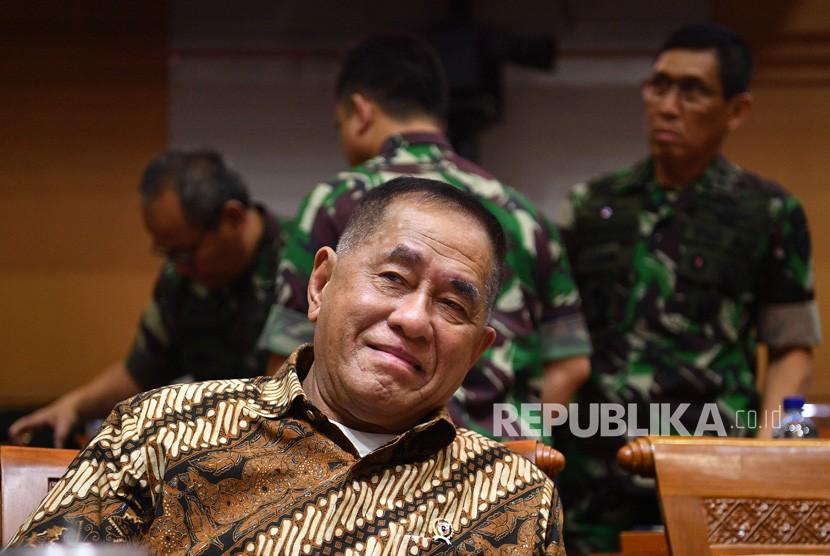 Menteri Pertahanan Ryamizard Ryacudu bersiap mengikuti rapat kerja dengan Komisi I DPR di kompleks Parlemen, Senayan, Jakarta, Senin (22/10/2018).