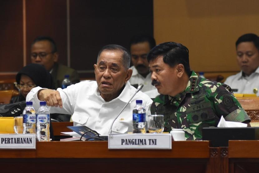 Menteri Pertahanan Ryamizard Ryacudu (kiri) berbincang dengan Panglima TNI Marsekal TNI Hadi Tjahjanto (kanan) sebelum mengikuti rapat kerja dengan Komisi I DPR di Kompleks Parlemen, Senayan, Jakarta, Rabu (19/6/2019).